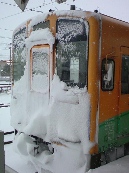 積雪的車頭