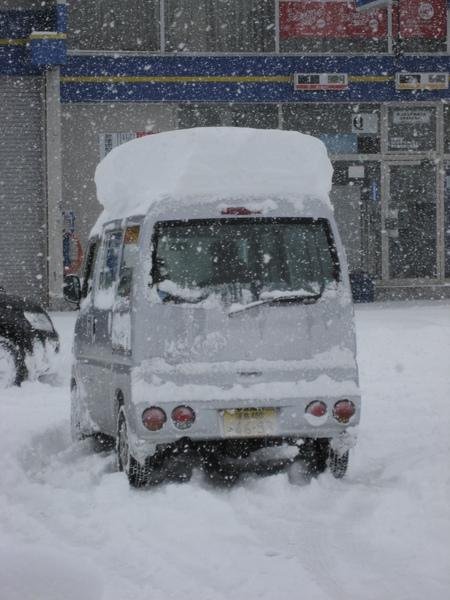 頂著雪的車子
