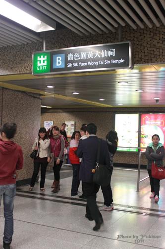 2011040104 2011香港探親血拼自由行(9)黃大仙廟雨好大哩!