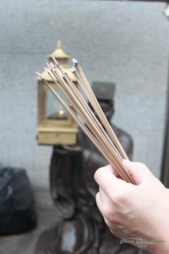 2011040111 2011香港探親血拼自由行(9)黃大仙廟雨好大哩!