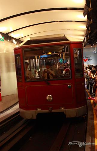 2011121908 2011香港二度血拼自由行(15)排超久的太平山山頂纜車