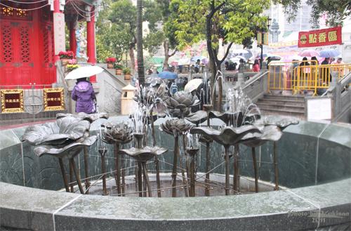 2011040118 2011香港探親血拼自由行(9)黃大仙廟雨好大哩!