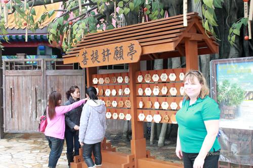 2011042520 2011香港探親血拼自由行(20)昂坪市集東摸西摸