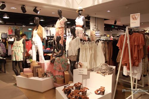 2011032432 2011香港探親血拼自由行(4)中環H&M旗艦店好好買