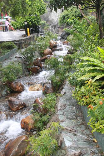 2011040129 2011香港探親血拼自由行(9)黃大仙廟雨好大哩!