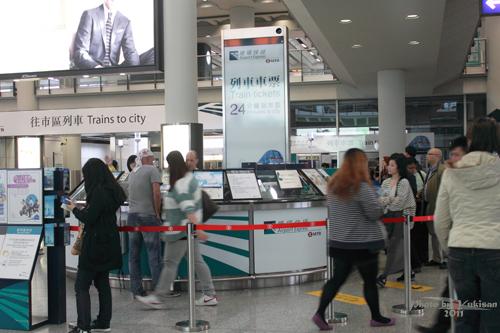 2011032336 2011香港探親血拼自由行(2)香港赤鱲角機場買八達通、搭A21機場巴士