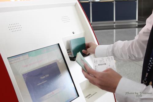 2011041805 2011香港探親血拼自由行(18)香港機場預辦登機、預掛行李