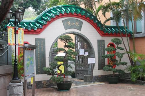 2011040122 2011香港探親血拼自由行(9)黃大仙廟雨好大哩!