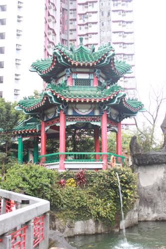 2011040132 2011香港探親血拼自由行(9)黃大仙廟雨好大哩!