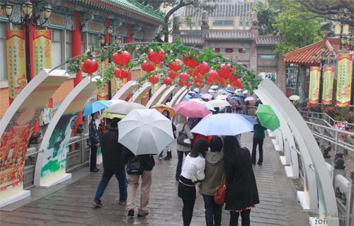 2011040134 2011香港探親血拼自由行(9)黃大仙廟雨好大哩!