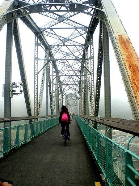 在這條長長的大橋上
