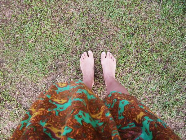我穿去的夾腳鞋被海浪給捲走  該死  我沒鞋子了