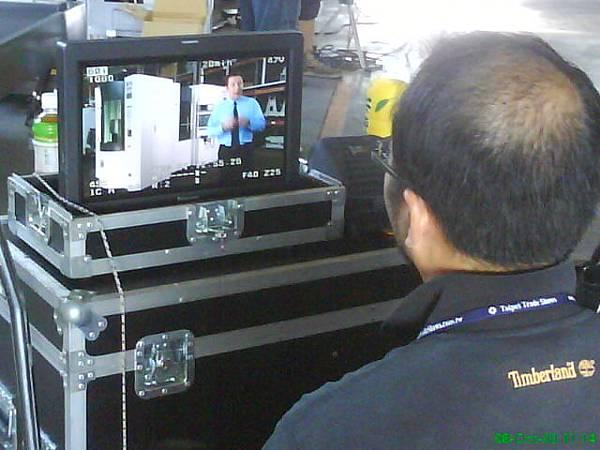 導演專注看著Monitor