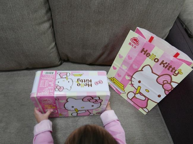 Hello Kittty芝麻小蛋捲禮盒 (1).JPG