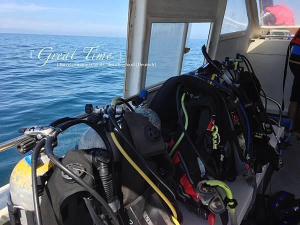 船上有每位潛水者放置裝備的凹槽設計