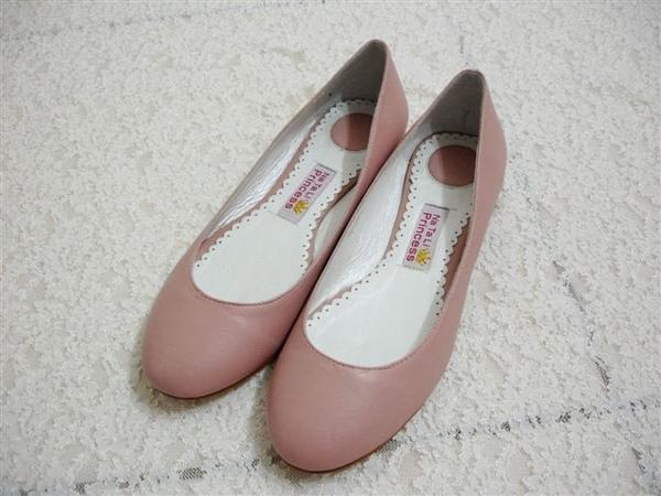 又買娜塔莉的鞋囉!(鞋子已經在家裡穿過,走來走去了,所以有穿過的痕跡)