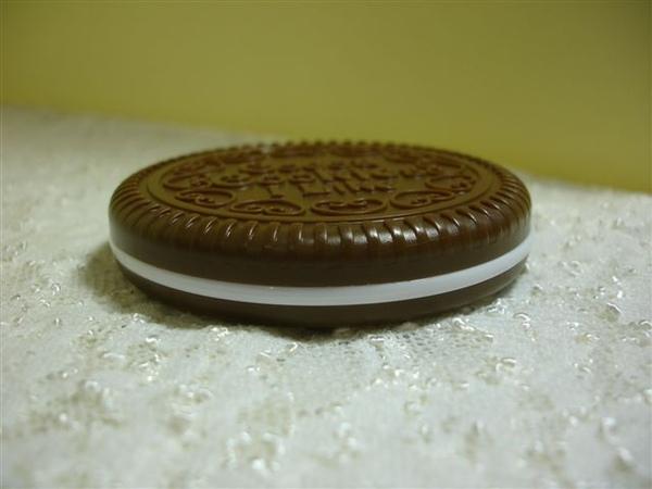 不過不能拿掉,因為他是餅乾的奶油夾心啊!拿掉合不起來。