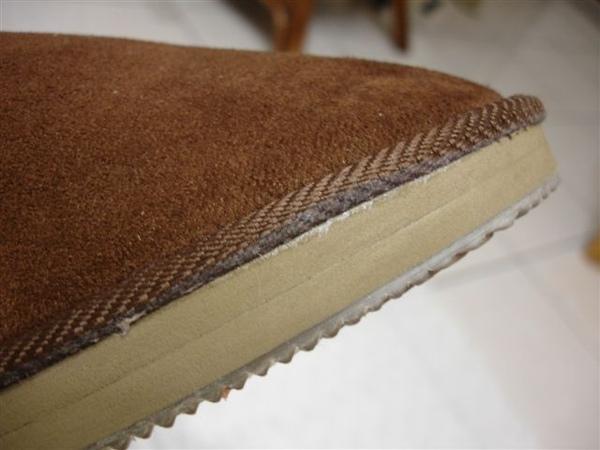 從側面看就知道鞋底有多了一層 希望是防滑的= =