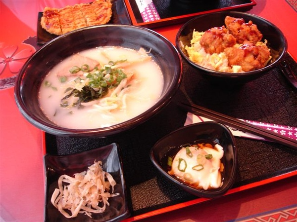 套餐 小豚骨拉麵+小雞塊飯+溫泉蛋+牛蒡絲