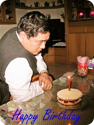 我爹生日啦!家裡只有4個人所以蛋糕很小...