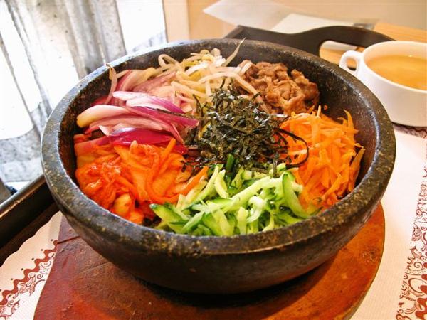 料超級豐富的石鍋拌飯,好吃!