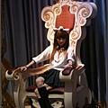 日本妹坐在王位上