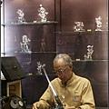 在做玻璃飾品的師父