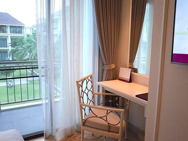 ▲掛上白紗的落地窗,讓照射在屋內的陽光變為柔和,每一刻都像 MV般美麗~
