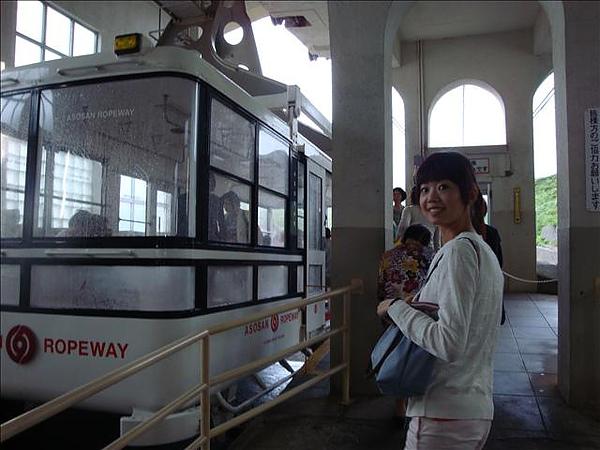 搭乘很像大葉高島屋LOGO的纜車到阿蘇火山