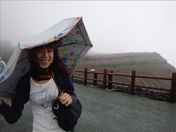 這裡的風快把民眾吹飛了,記者陳小婷阿蘇報導
