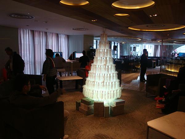 飯店大廳提供四台蘋果電腦,整天都有外國人在facebook,很難卡位