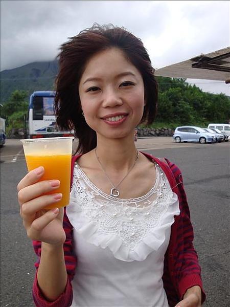 應該是芒果+鳳梨+百香果吧...一杯要一百多元...台幣