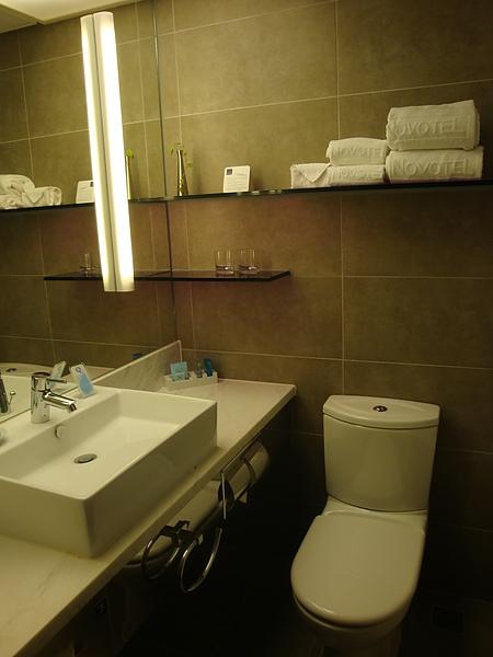 浴室有浴缸但是沒有乾濕分離,浴缸根本無用武之地