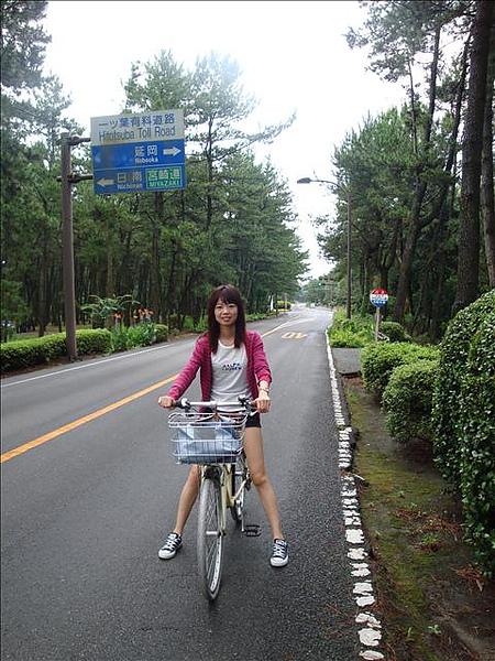 帽子公主嚷嚷著要騎車,騎一小段路就說腳酸,讓我很難做事ㄟ