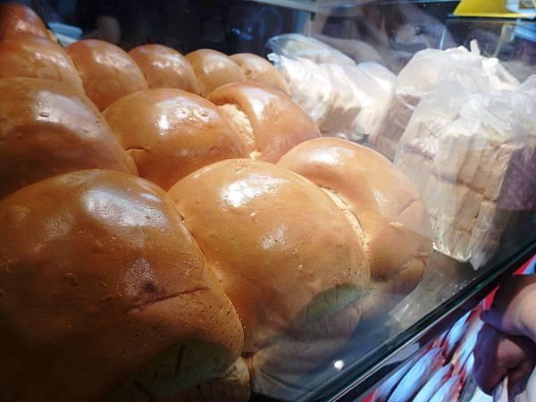 傳統的麵包果腹了