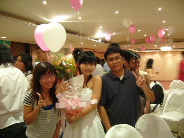 一家人加一朵花跟氣球