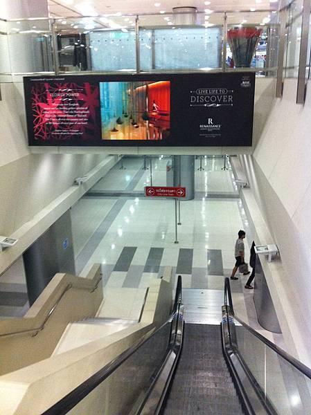 下搭車月台電扶梯19