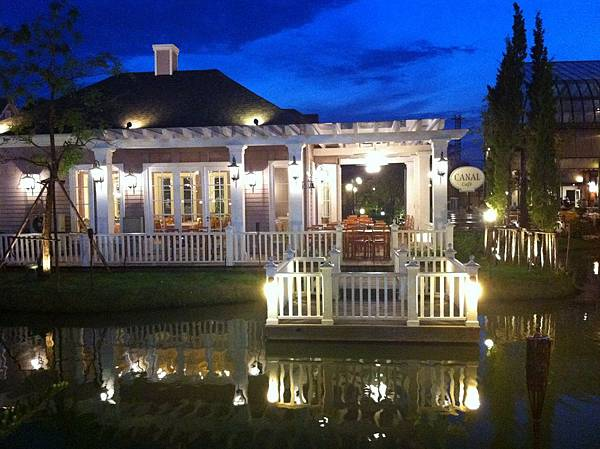 池邊咖啡館
