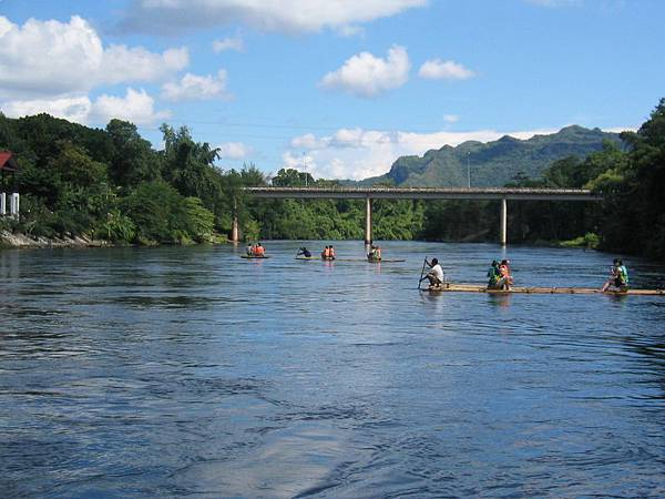 竹筏漂流要一路漂過這座橋