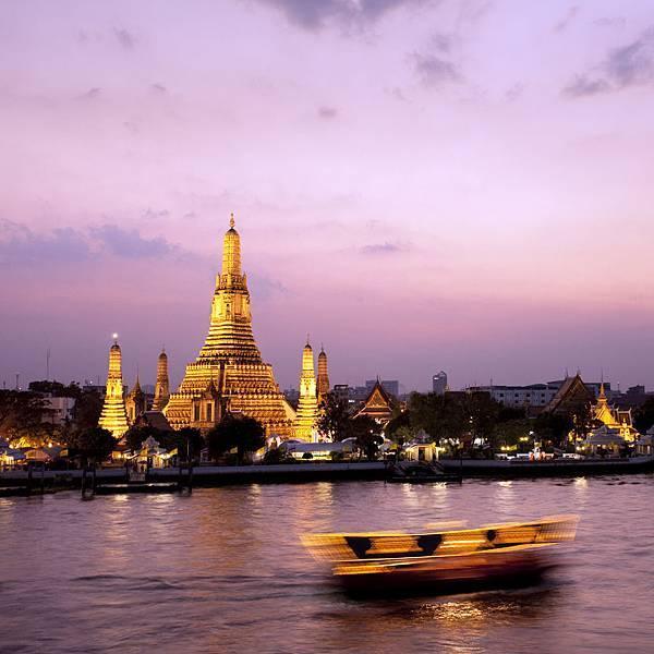 Wat-Arun-at-sunset-overlooking-the-Chao-Praya-River-Bangkok-Thailand.jpg