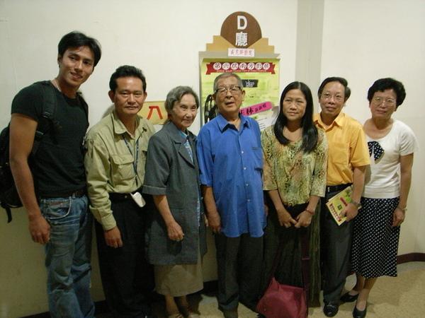 葉石濤夫妻和南部作家參加首映場