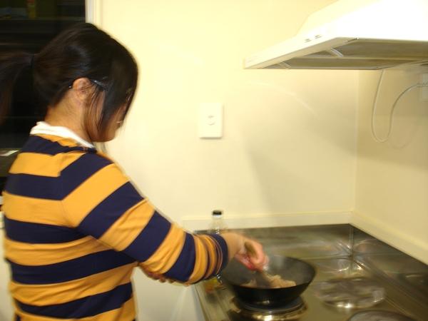 阿姐在炒菜