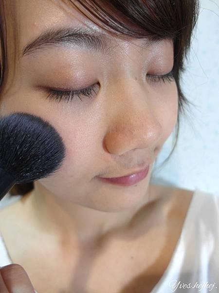 【彩妝】夏天需要更薄透的妝感。第一次嘗試日本流行耳朵腮紅。戀愛無辜感的打造 # BEBE POSHE 珍珠姬PS美顏蜜粉餅