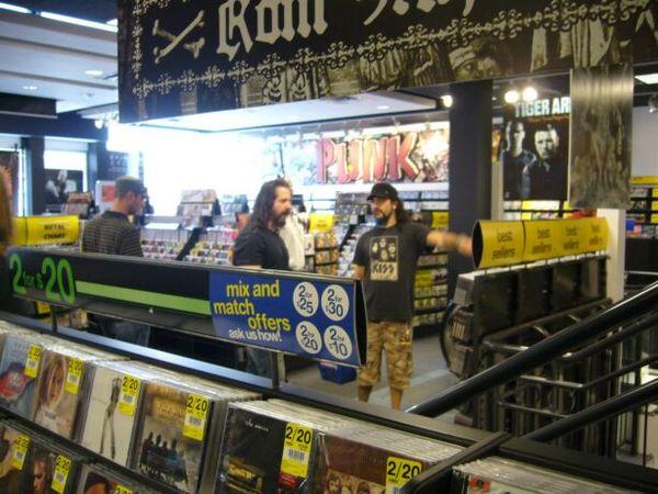(45)John 和拿了超多Music DVD的Mike Portnoy.JPG