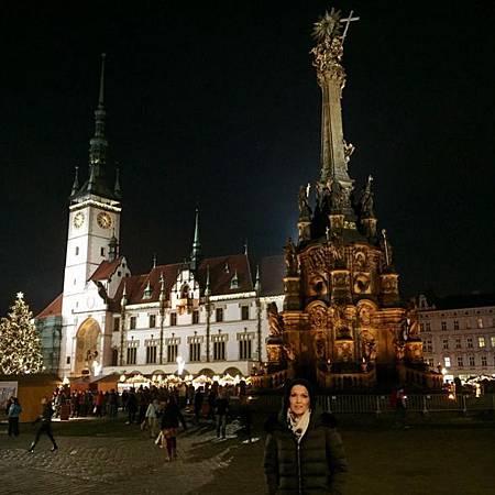 Tarja Turunen在Olomouc市中心,市政廳和聯合國文教世界遺產的聖三位一體雕像.jpg