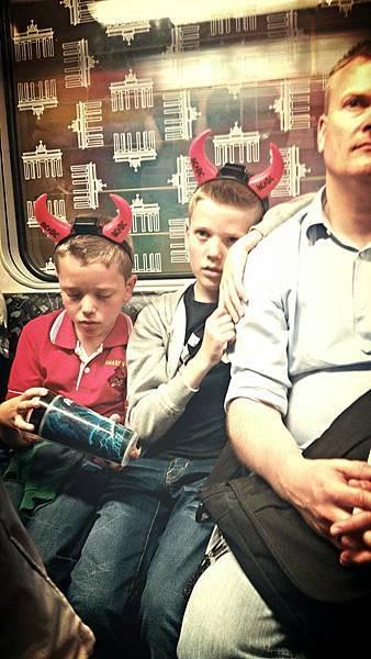 柏林地鐵的AC/DC樂迷父子檔.jpg