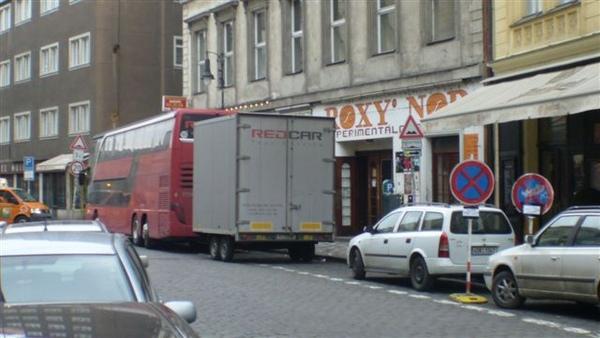(02)後面的貨櫃車還印著Tour Service的廣告.JPG