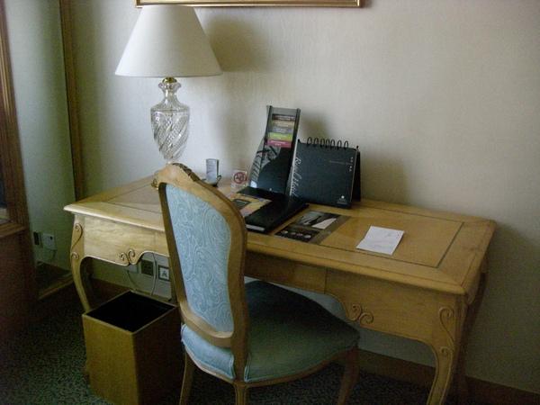 054房間書桌.JPG