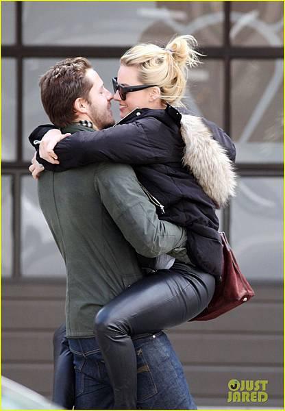 margot-robbie-packs-on-pda-with-boyfriend-tom-ackerly-03.jpg