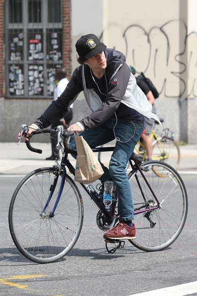 Jesse+Eisenberg+goes+ride+bike+New+York+City+84iVOaB_gOYl.jpg